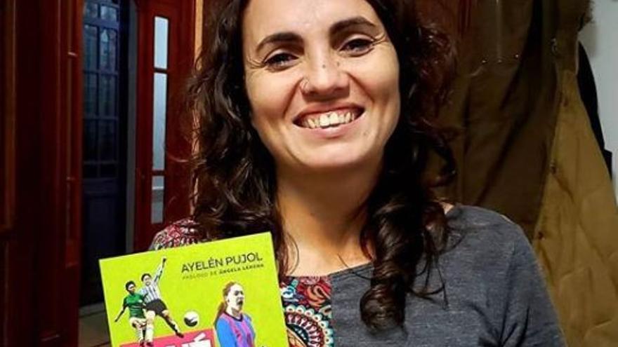 Ayelén Pujol, presentando su libro.