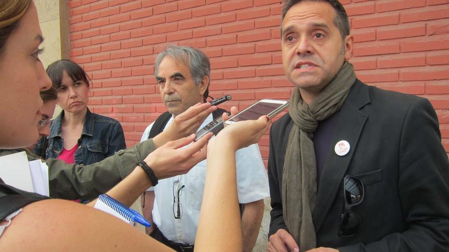 Amadeu Sanchis (EU), a la derecha, en el Cabanyal.