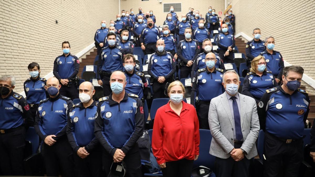 Agentes de la Policía Municipal de Madrid, junto a la delegada de Seguridad (en el centro)