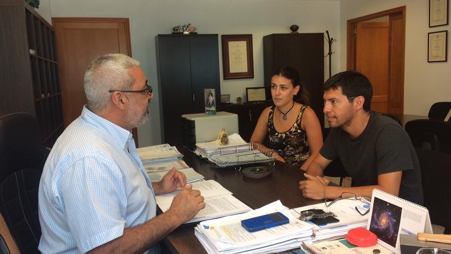 Los dos nuevos alumnos con el gerente de la Reserva, Antonio San Blas.