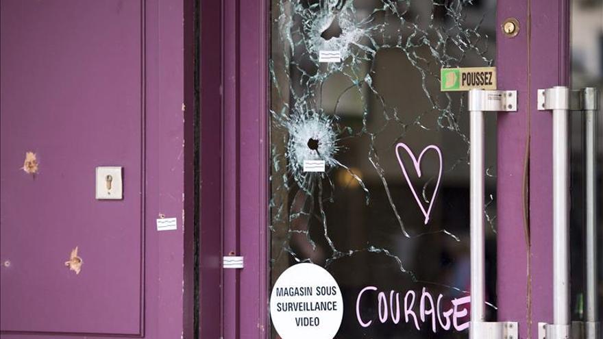 Francia recuerda en silencio a las víctimas de los atentados