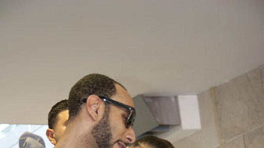 Alicia Keys, junto a su pareja -Kasseem Dean-, a su llegada a Los Rodeos. (ACN PRESS)