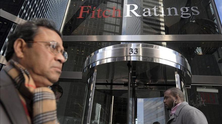 Fitch eleva la nota crediticia de Grecia de CCC a B- con perspectiva estable
