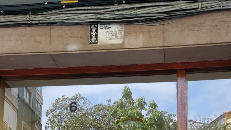 Una vivienda de Santander con la placa del Ministerio de la Vivienda | Foto: Andrés Hermosa
