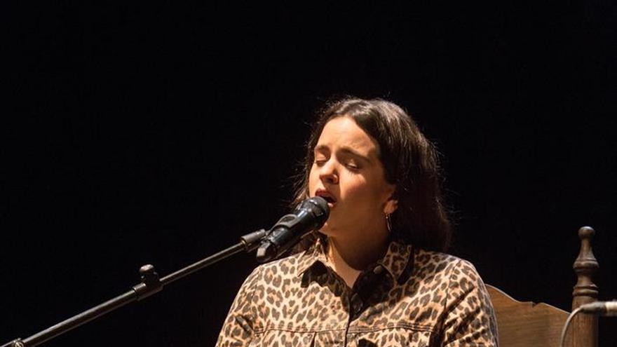 Rosalía atrae al público más joven a una lección de flamenco en la Bienal