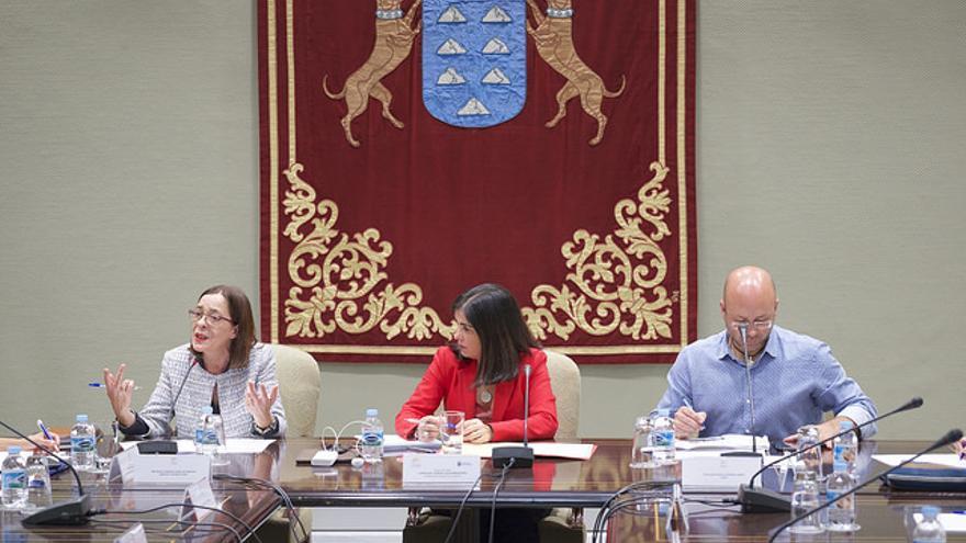 La representante de Amnistía Internacional en Canarias, Amparo López, la presidenta del Parlamento de Canarias, Carolina Darias y el presidente de la Comisión Española de Ayuda al Refugiado en el Archipiélago, Juan Carlos Lorenzo.
