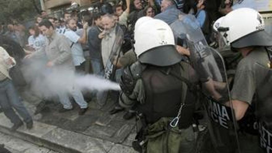 Policía griega emplea porras y gases para dispersar a manifestantes