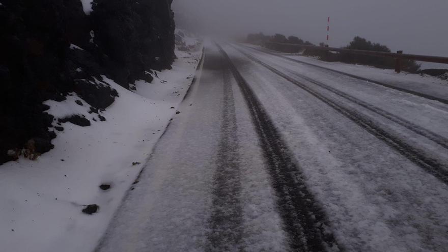 Nieve en las carreteras de acceso al Teide.