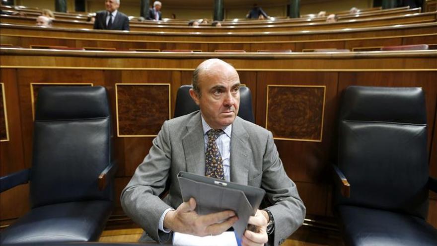 """De Guindos ve """"fundamental"""" y una """"buena noticia"""" la mejora de España por Standard and Poor's"""