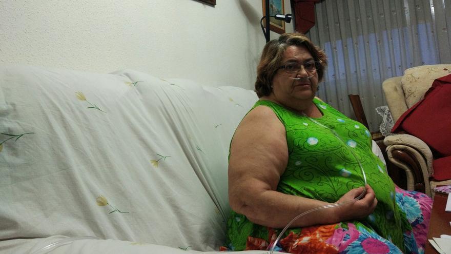 Rosa Castro respira conectada a una máquina de oxígeno