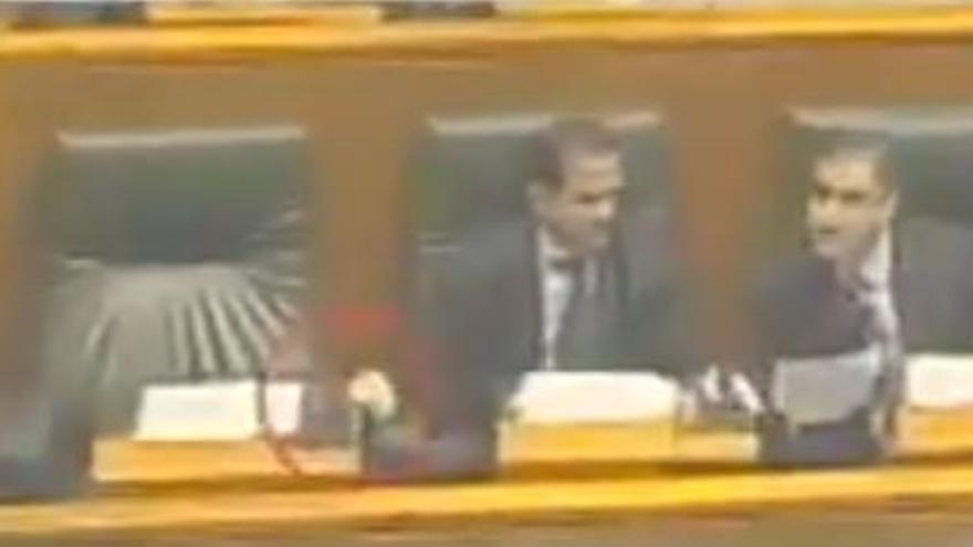 Carlos Iturgaiz manipula el sistema de presencia de Mayor Oreja en el Parlamento vasco en 2003