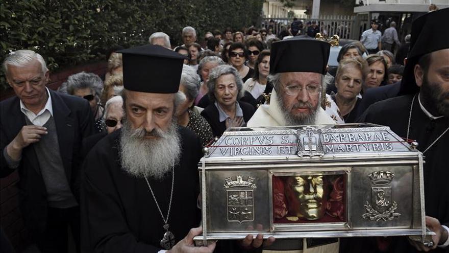 Reliquias sagradas visitan un hospital oncológico griego entre un fuerte debate