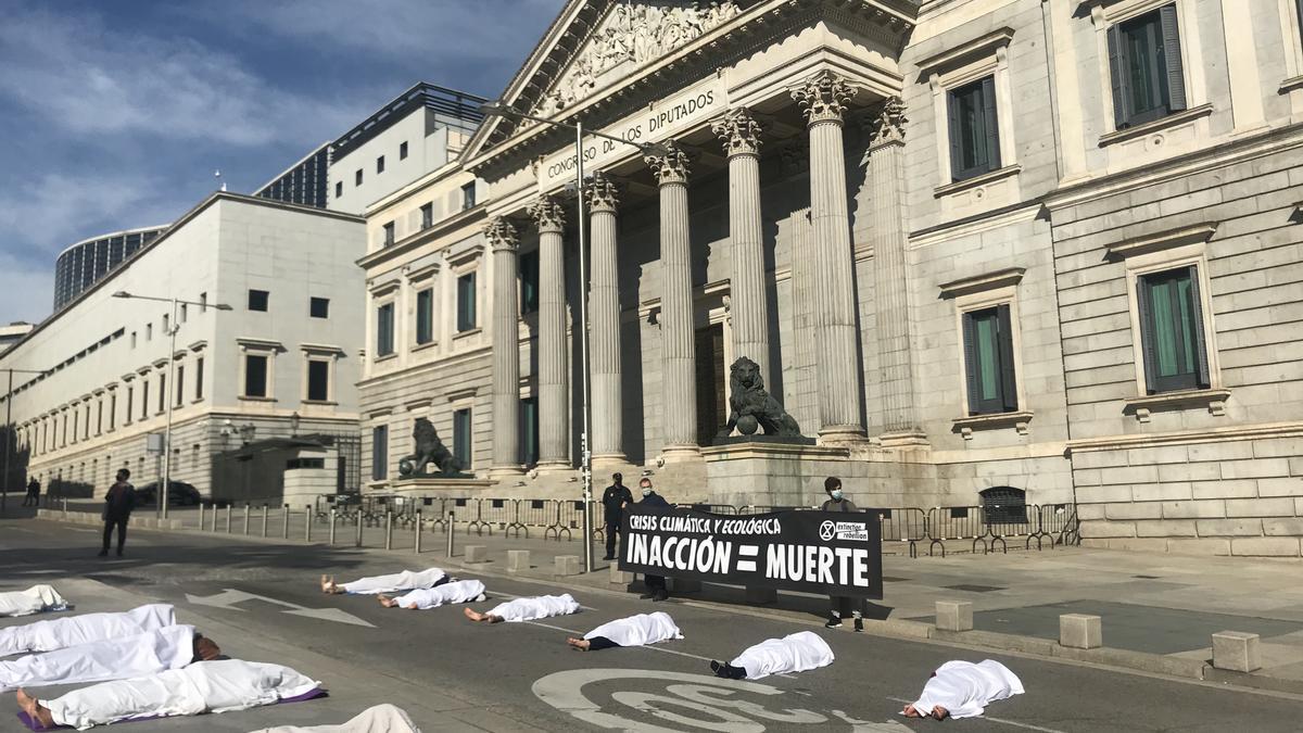 Imágenes de la acción llevada a cabo por Extinction Rebellion para reivindicar la memoria de las víctimas de la crisis climática