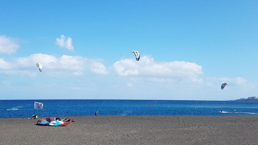 Varios kitesurfistas, este jueves, practicando su deporte favorito en la playa de la capital.