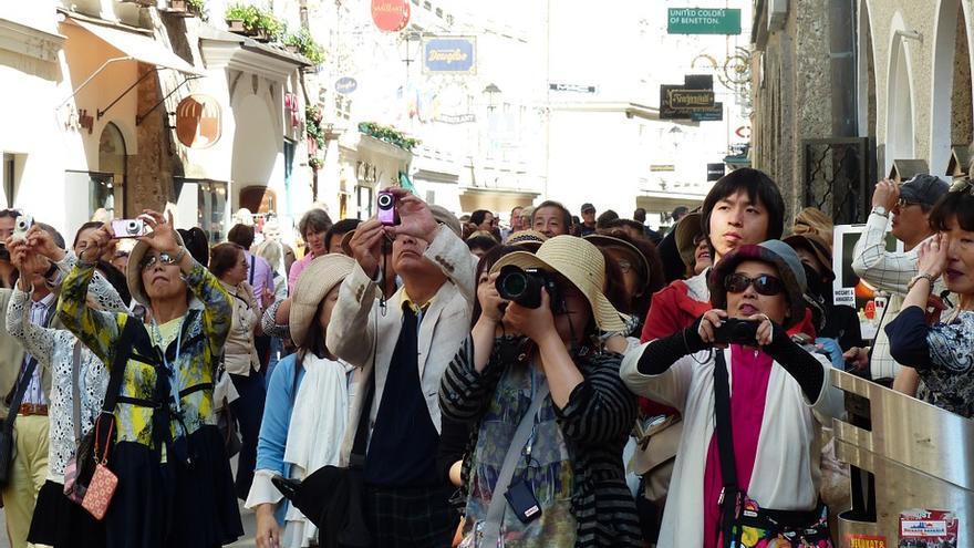 Varios turistas asiáticos, tomando fotos