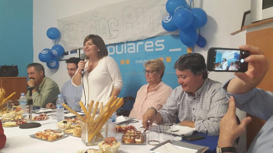 Isabel Bonig y Luis Santamaría, en un acto del PP