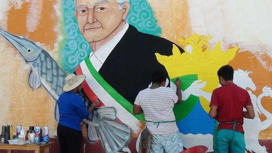 Artistas pintan un mural de Andrés Manuel López Obrador en su pueblo natal.