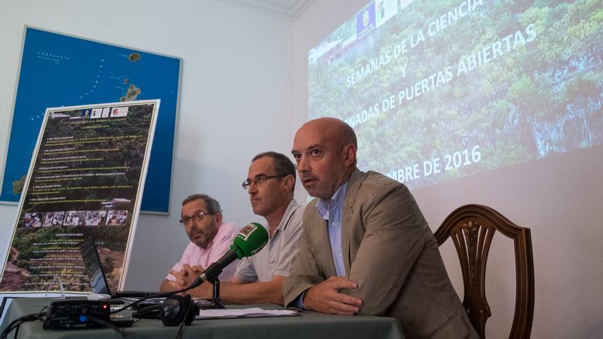 El director general de Medio Ambiente del Cabildo de Gran Canaria, Manuel Amador, junto al director del Jardín Botánico, Juli Caujapé.