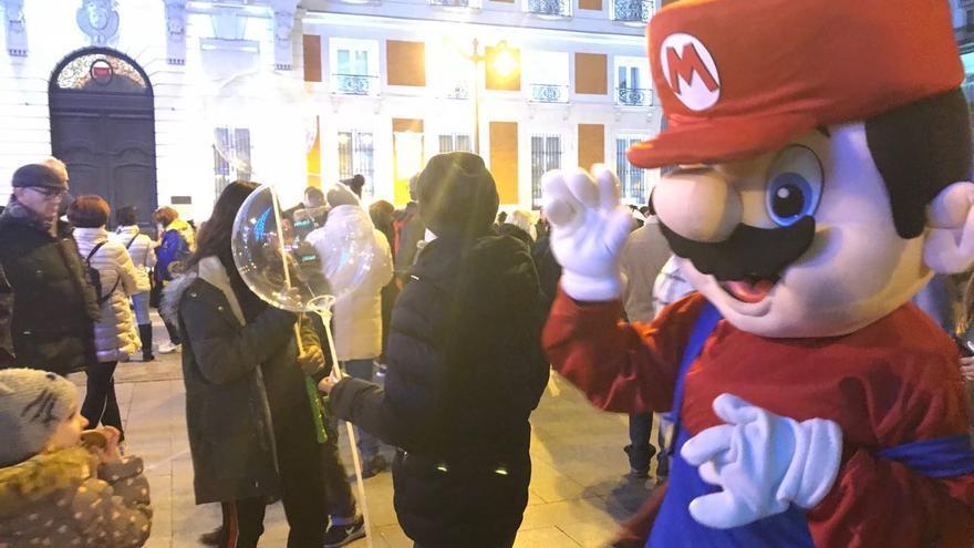 Un hombre disfrazado de Mario Bros en la Puerta del Sol de Madrid
