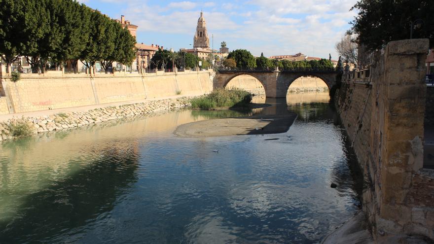 El Puente Viejo de Murcia (siglo XVIII) sobre el río Segura, desde la pasarela Manterola y con la catedral al fondo / PSS