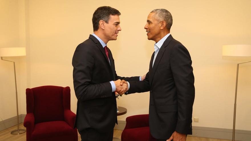 Pedro Sánchez y Barack Obama estrechan su mano durante la reunión que han mantenido este viernes.