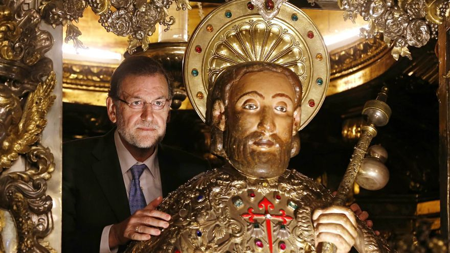 Rajoy abraza a Santiago durante la visita del primer ministro japonés / Moncloa