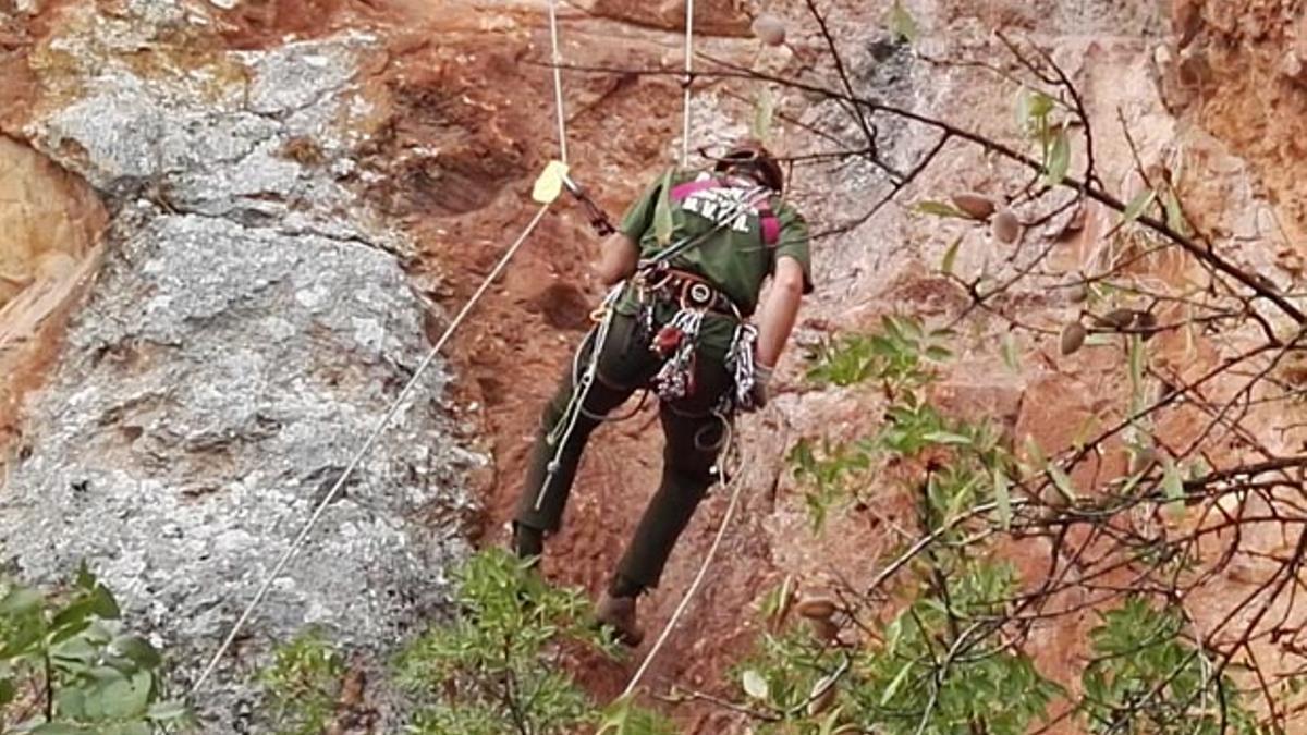 Un hombre realiza escalada en la Subbética