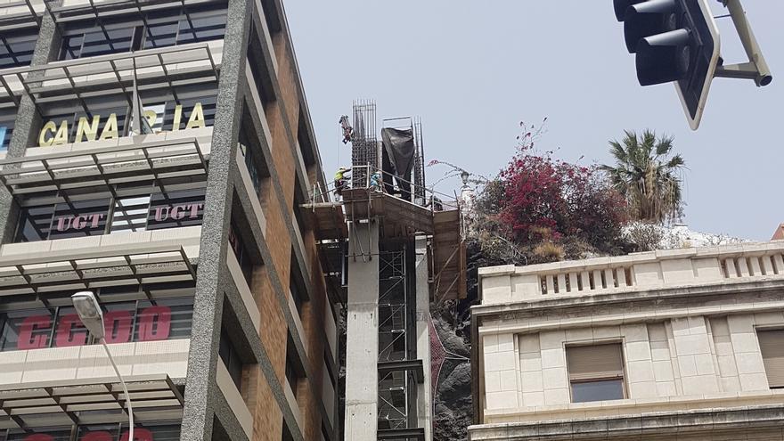 El primer ascensor urbano de Santa Cruz de La Palma   se construye al lado del edificio de Correos.