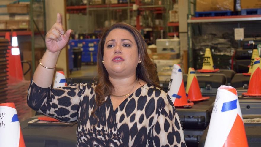 Carolina López, en el almacén donde se guarda el material del departamento electoral de Miami-Dade.
