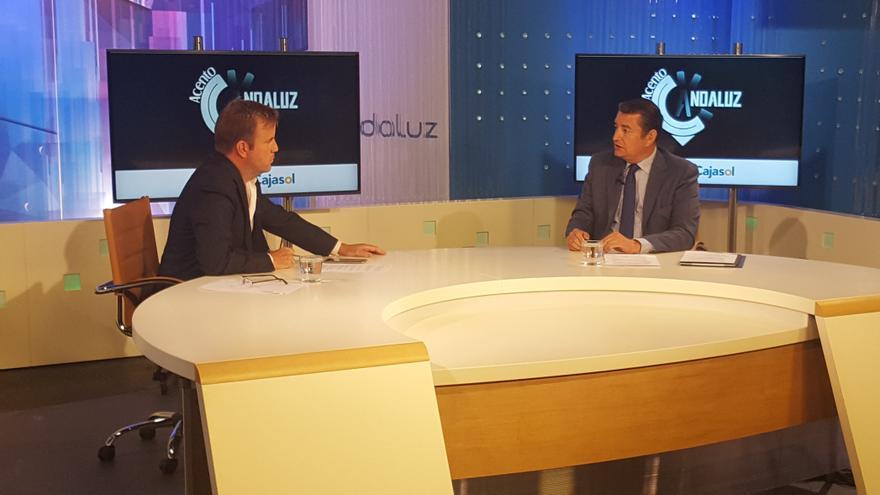 Antonio Sanz con Fernando Pérez Monguió, durante la entrevista.