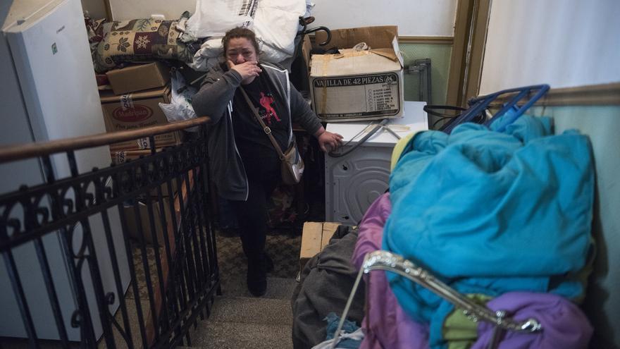 Rosi, una de las vecinas, tras ser desalojada de su casa