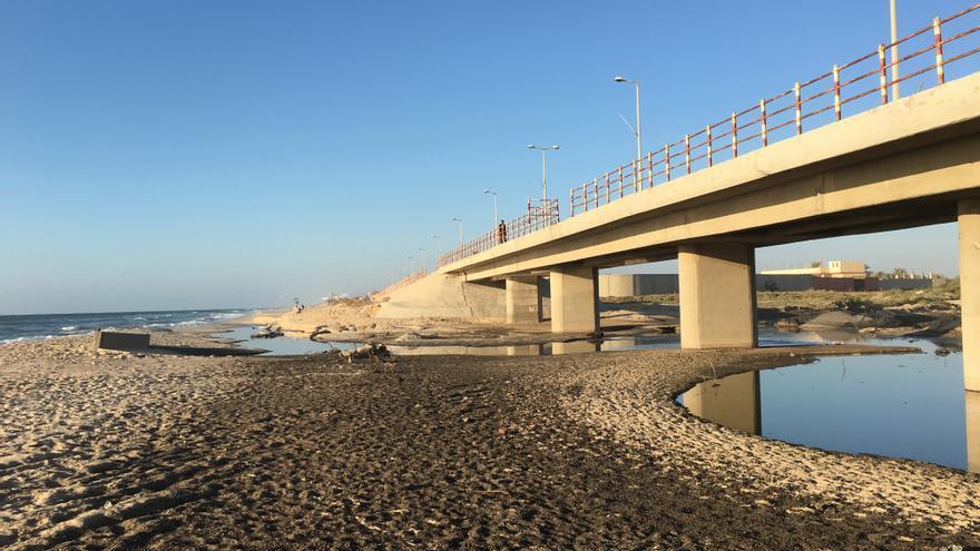 Aguas residuales invaden la playa frente al valle de Gaza.   FOTO: Isabel Perez