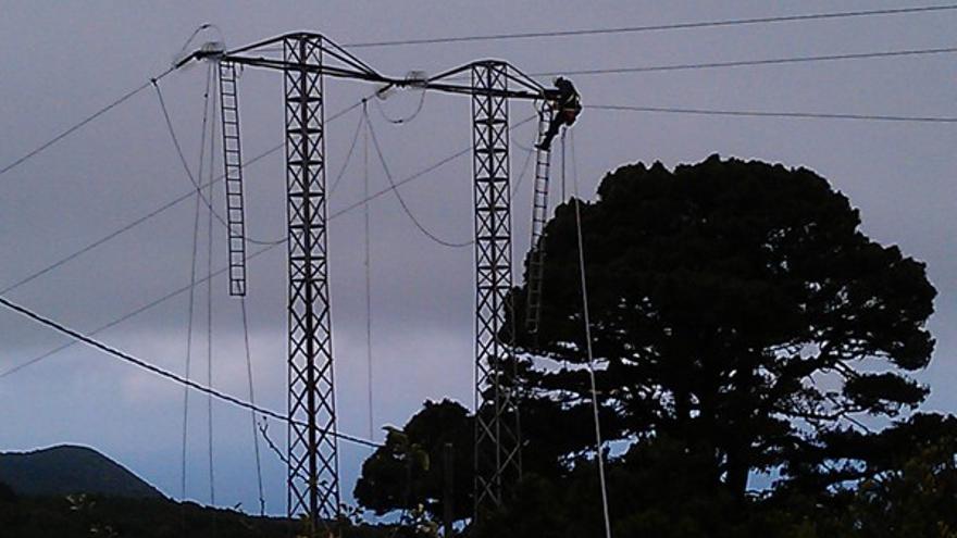 En la imagen, un trabajador de Endesa trabaja en una torre del tendido eléctrico del Norte de La Palma.