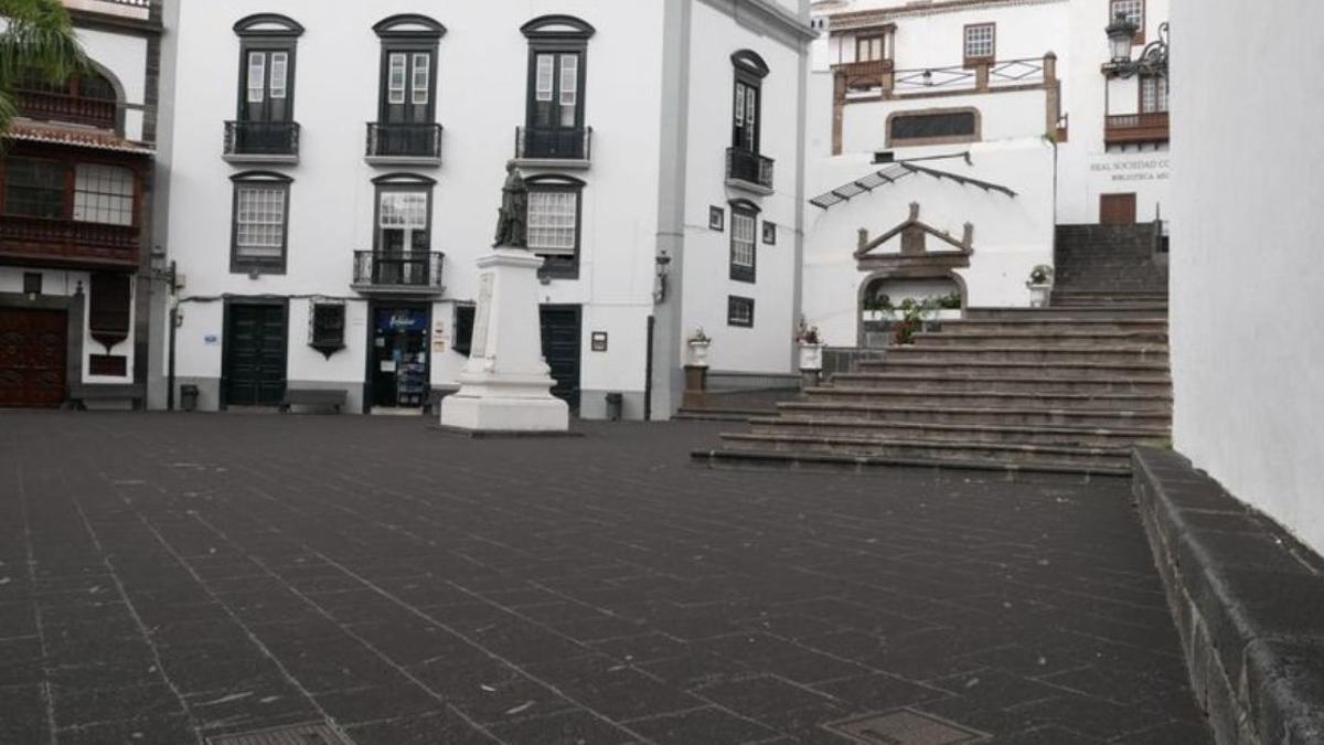 Plaza de España de Santa Cruz de La Palma cubierta de ceniza del volcán.
