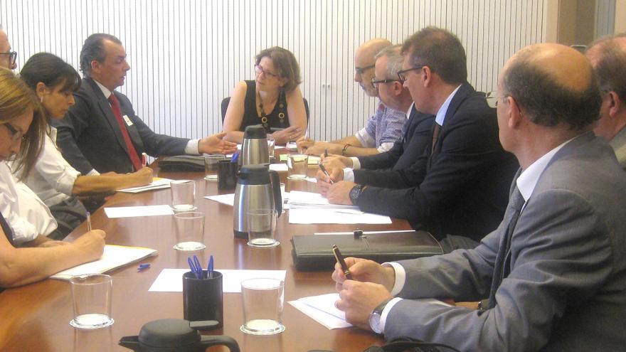 La consellera de Medio Ambiente, Elena Cebrián (centro), con los diferentes representantes empresariales