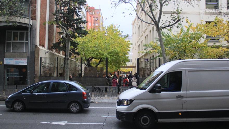 La salida del colegio Llorers en la calle Aragó, una de las más transitadas de la ciudad