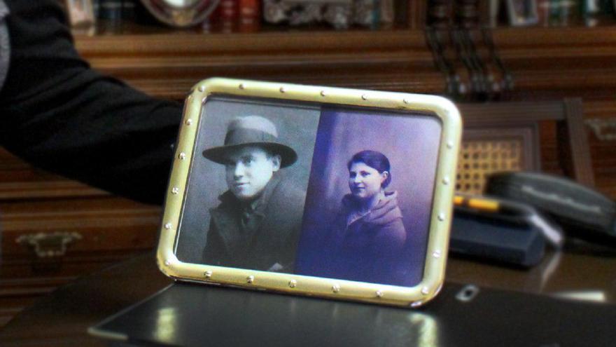 Retrato de los padres de Mercedes de Abril, que conserva en el salón de su casa, en Valladolid.