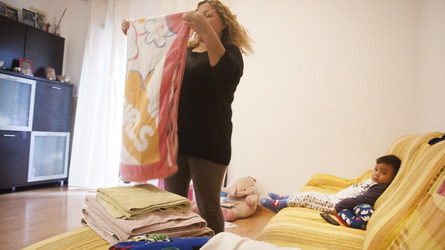 Una familia, en una vivienda ocupada por la PAH en Barcelona.