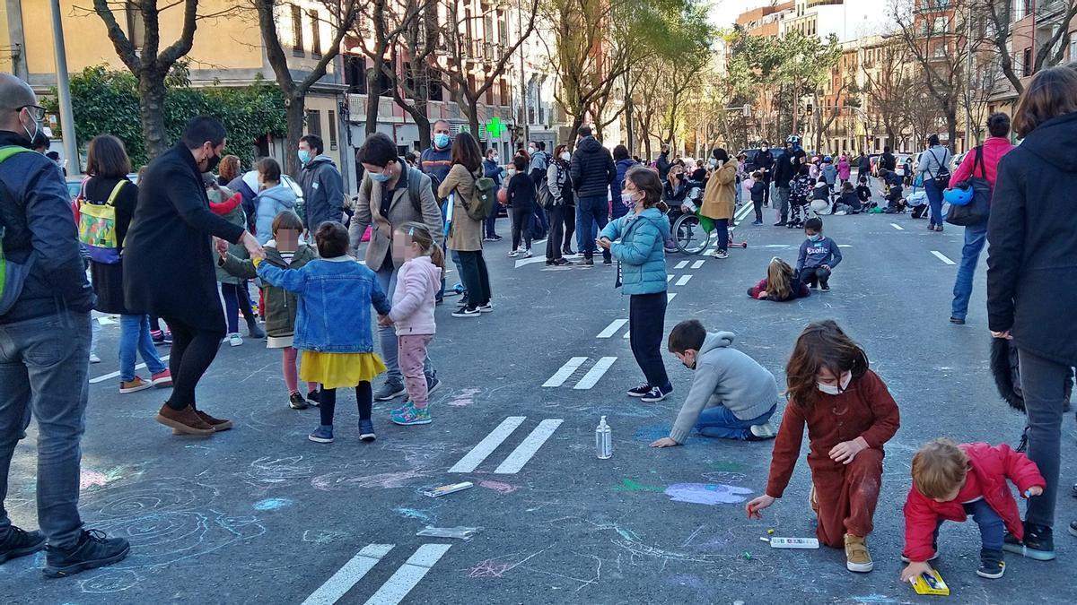 Bailes y juegos en la calzada frente al colegio Rufino Blanco