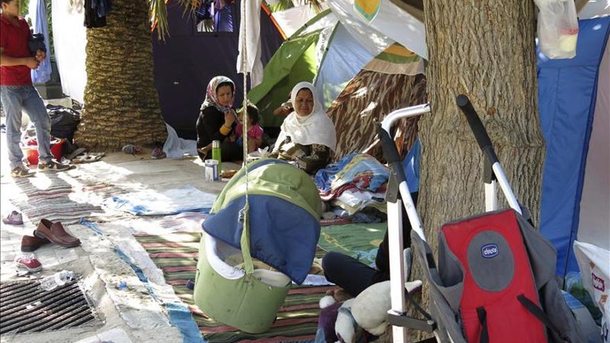 Un grupo de mujeres afganas en el campamento para refugiados improvisado en el Campo de Marte, en Atenas/ EFE