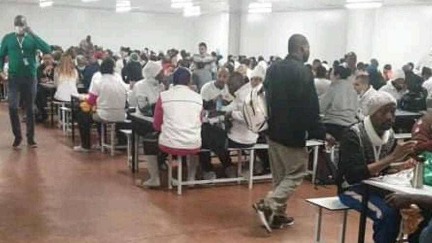 Comedor de Litera Meat el pasado 25 de marzo, con algunas personas de baja ya por coronavirus, en una imagen distribuida por el sindicato CNT.
