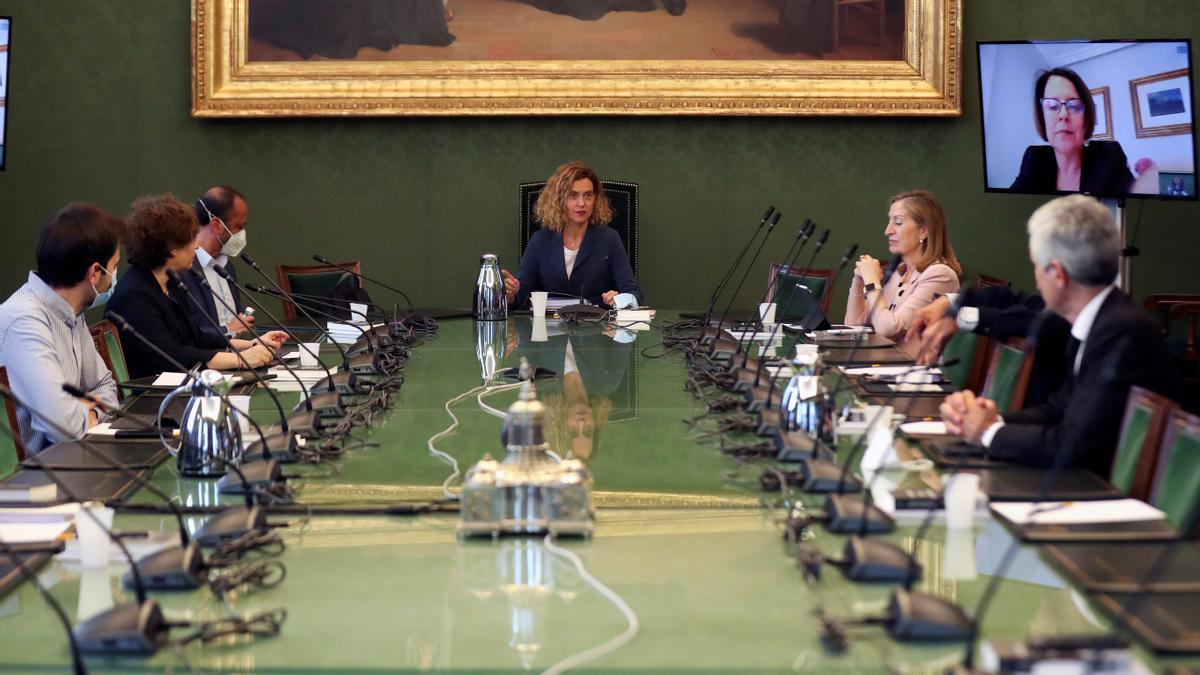 La presidenta del Congreso de los Diputados, Meritxell Batet (c), preside una reunión de la Mesa del Congreso.
