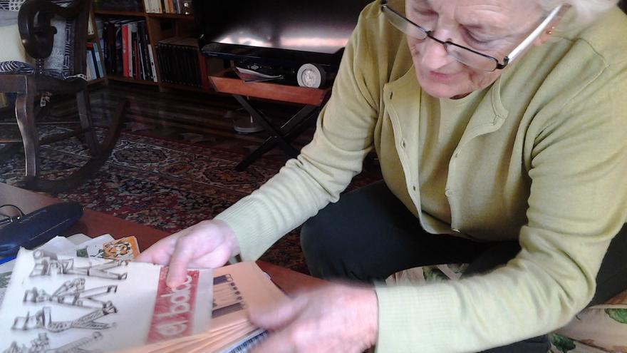 Carme Casas con los cuadernos escolares de su hija Maria durante su etapa en el colegio Nabí.