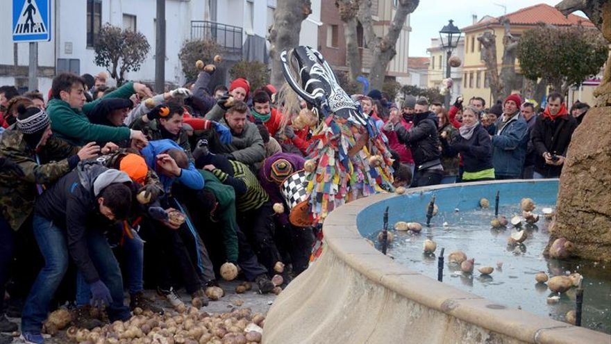 Lluvia de nabos en Piornal para castigar a un Jarramplas casi internacional