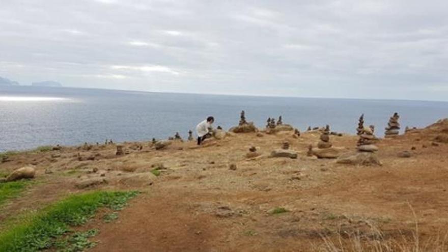 La moda de construir montículos de piedra daña a la biodiversidad