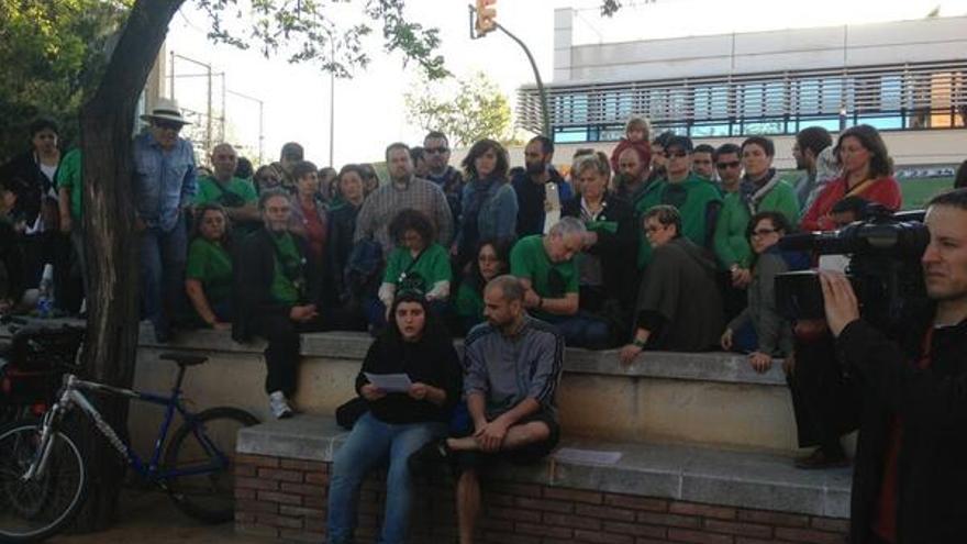 Membres de la PAH de Sabadell, concentrats davant la comissaria dels Mossos d'Esquadra. (Foto: @PAH_Sabadell)