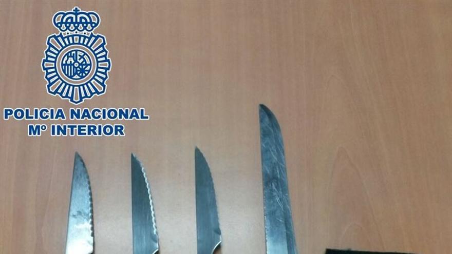 La Policía detiene a una mujer que portaba cuatro cuchillos (POLICÍA NACIONAL)