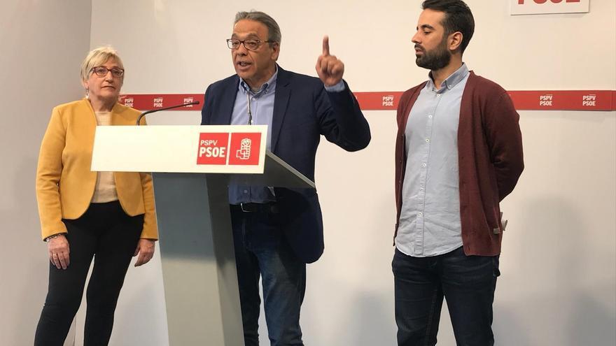 Los socialistas Ana Barceló, Manolo Mata y José Muñoz en rueda de prensa