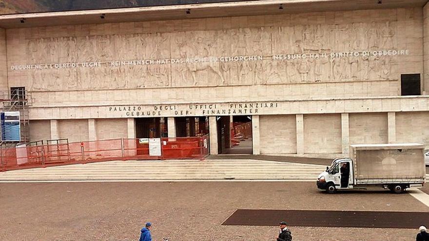 Vista diurna del edificio con el relieve y la nueva inscripción