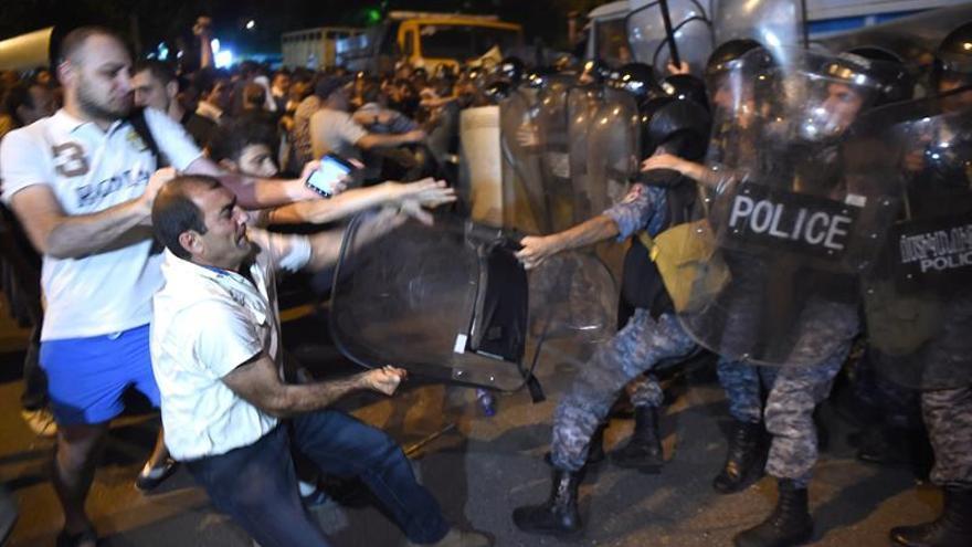Más de 165 detenidos y 60 hospitalizados tras los disturbios en Ereván